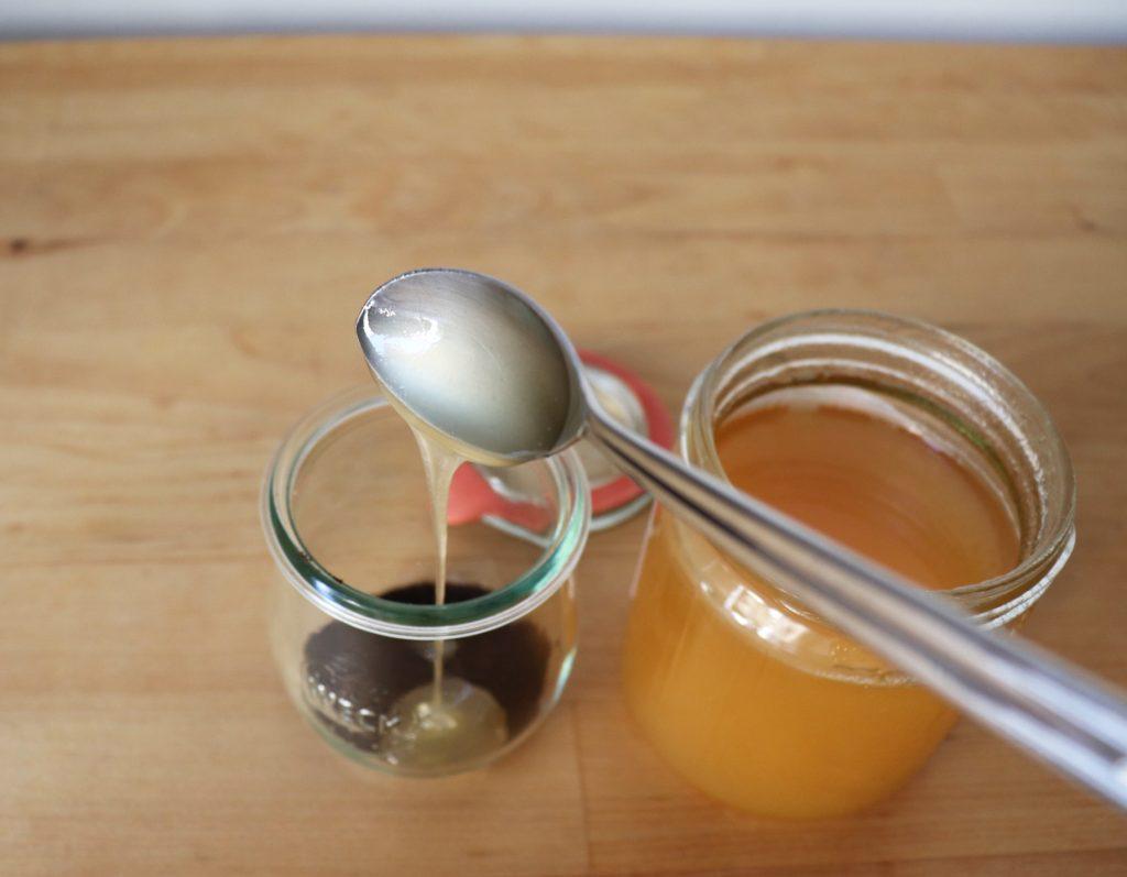 Honig zum Kaffeesatz hinzugeben