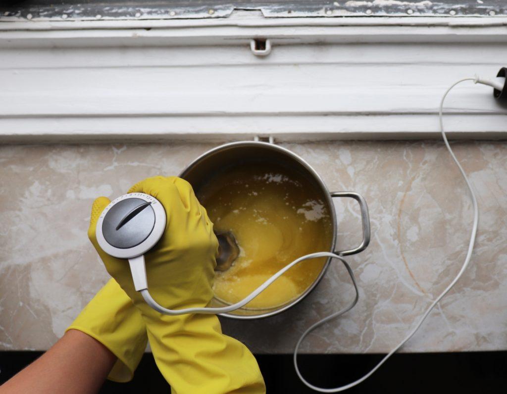 Füge das Duftöl zu der Seifenmasse hinzu
