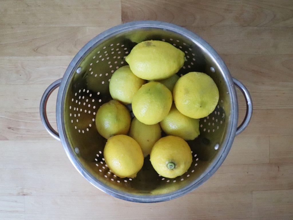 Zitronen waschen