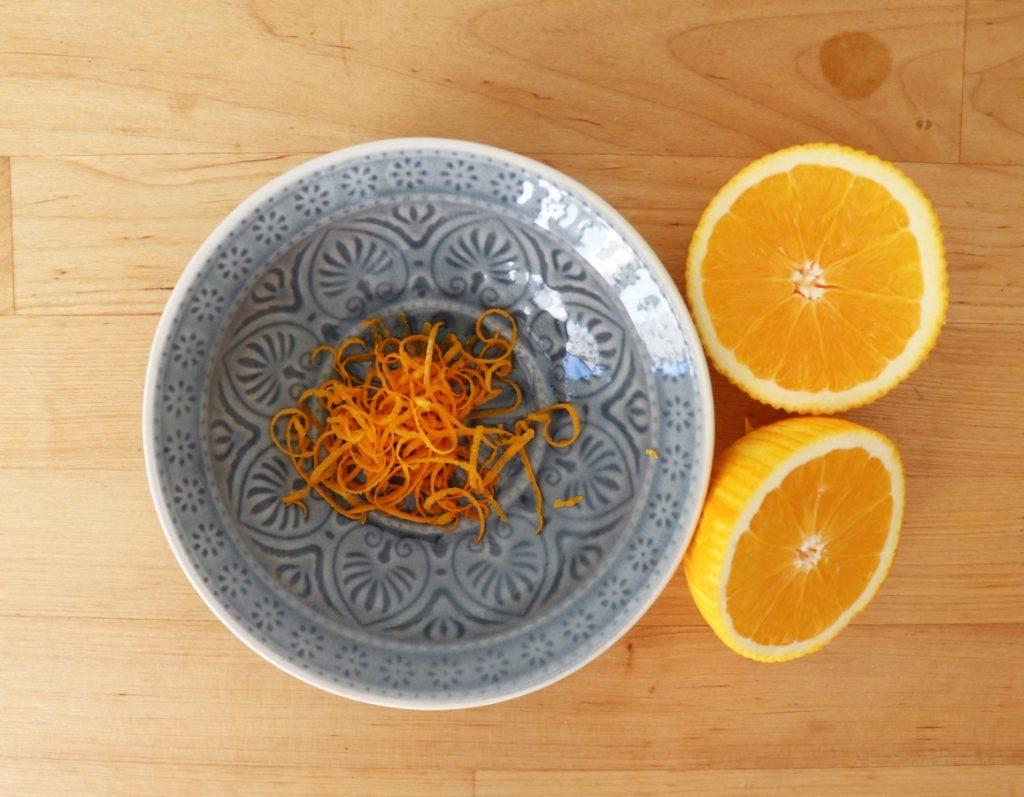 Orange schälen und auspressen