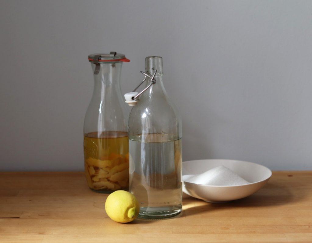 Zucker, Zitronensaft und Wasser