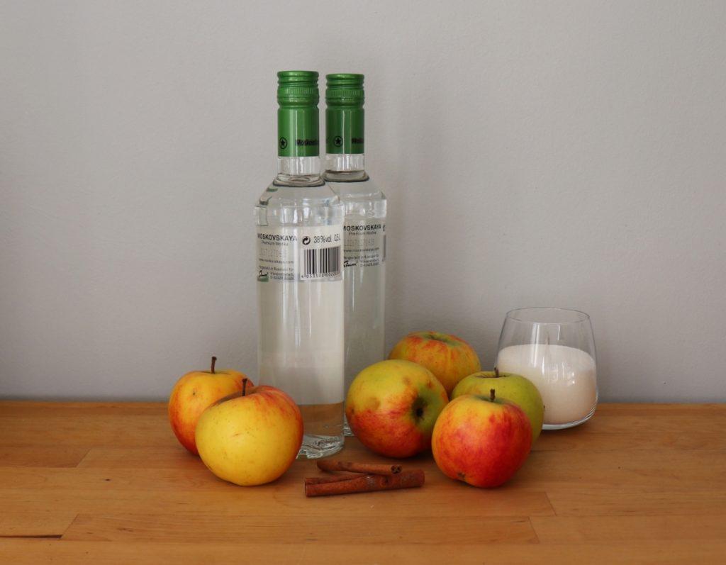 Äpfel, Zimststangen, Zucker, Vodka