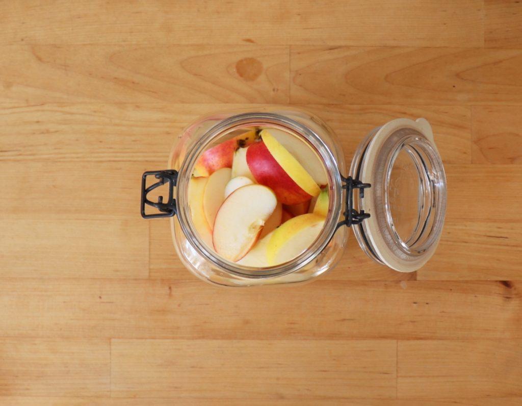 Apfelstücke ins Glas geben