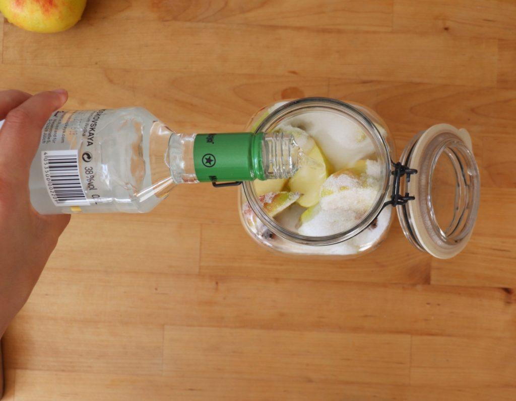 Vodka über die Äpfel gießen