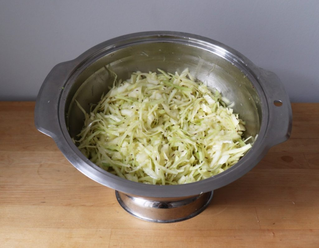 Krautsalat vermengen
