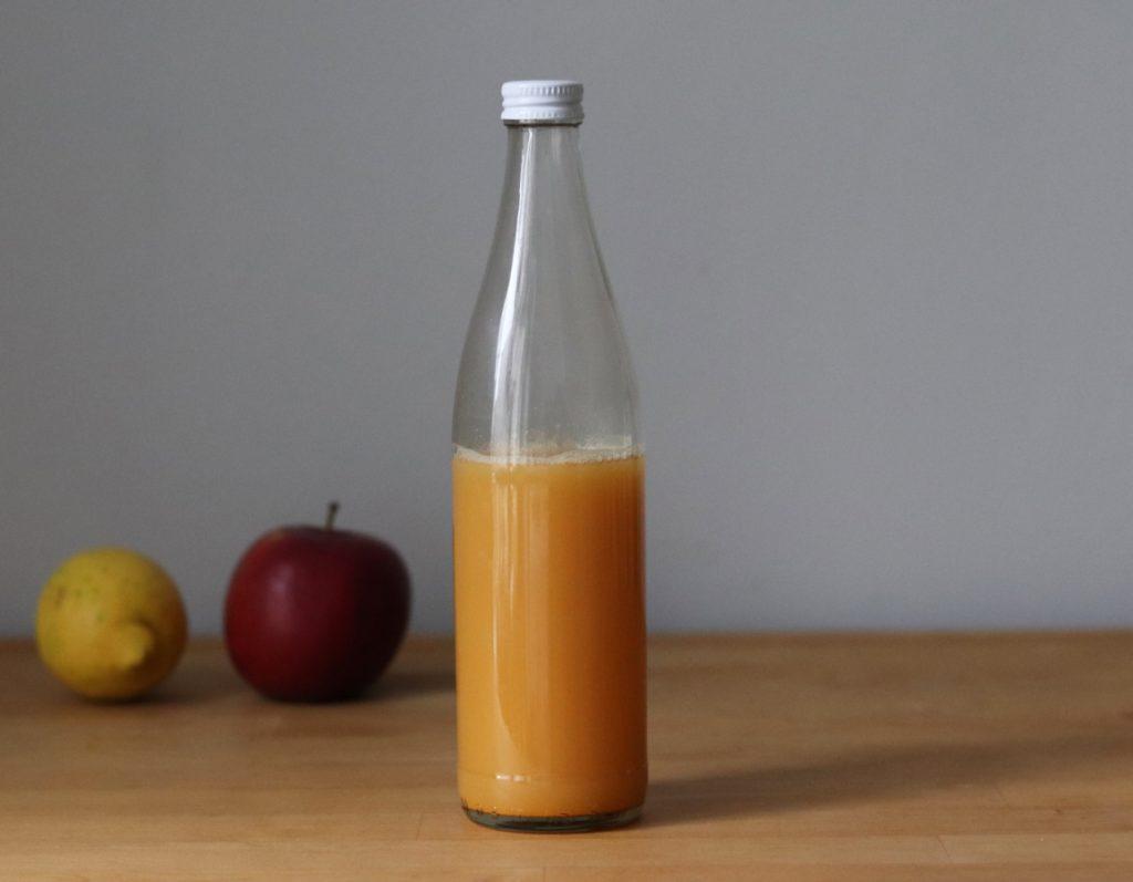 Shot-Flüssigkeit in eine Flasche füllen