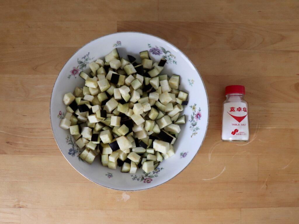 Aubergine würfeln und salzen