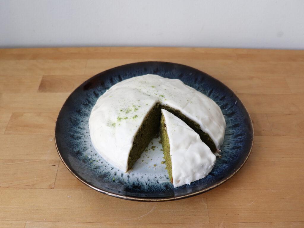 Matcha Kuchen anschneiden