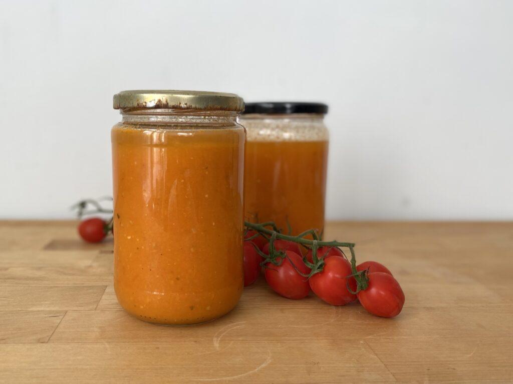 Weckgläser mit eingekochter Tomatensoße