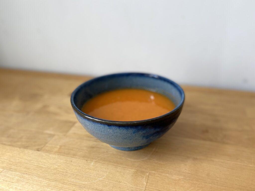 Suppenteller gefüllt mit Tomatensuppe