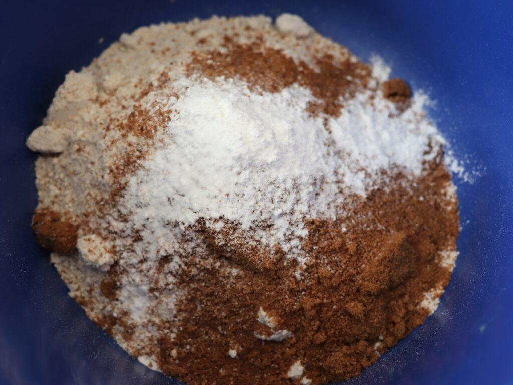 Hafermehl mit Kokoszucker, Backpulver und Salz vermischen