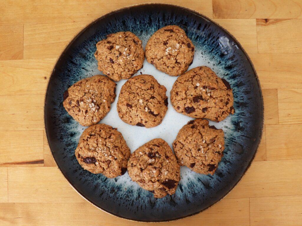 Hafercookies auf einem Teller angerichtet